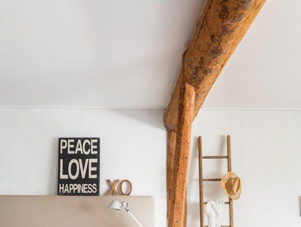 Hout aan de muur interieur insider - Decoratie vrouw slaapkamer ...