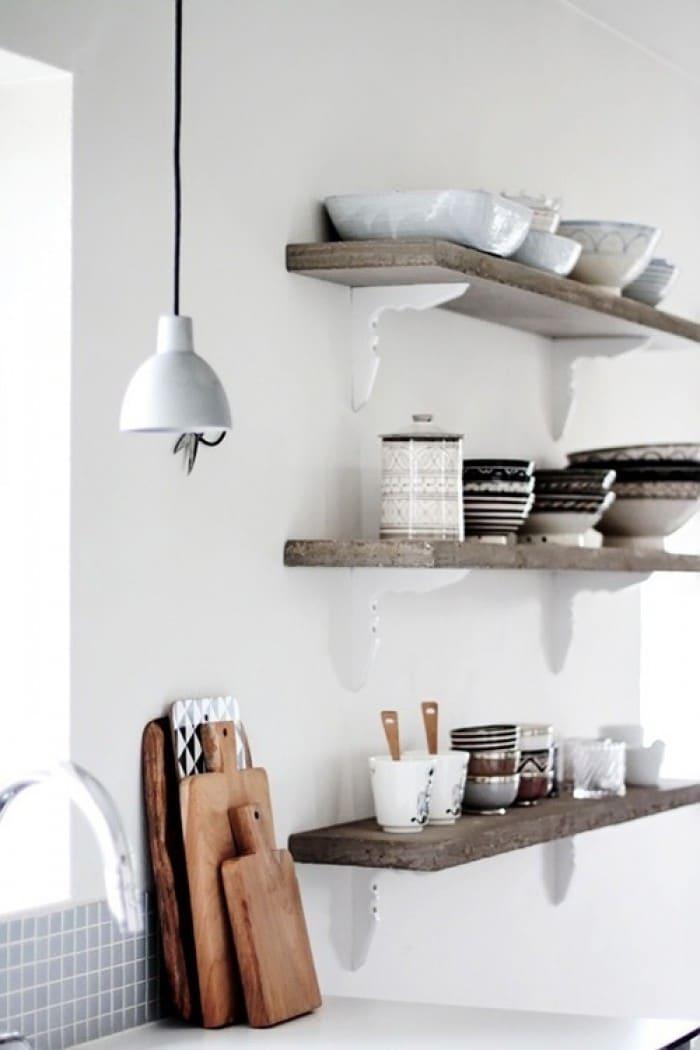 Brocante Keuken Planken : Naturelkleurige-planken-op-witte-plankdragers-met-mooie-accessoires