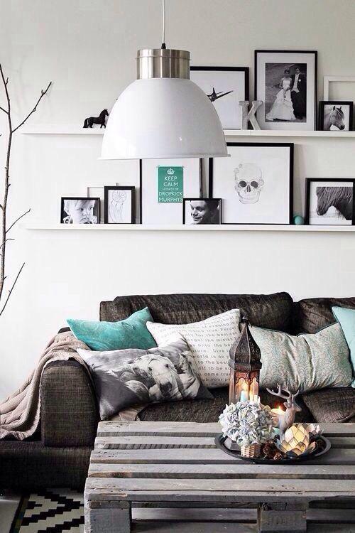 vul deze kleuren aan door een donkerbruine houtkleur in verschillende meubels voor een warm interieur