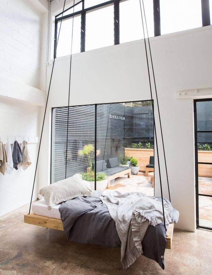 Een zwevend bed is eigenlijk niets anders dan een bed dat hangt. Op ...
