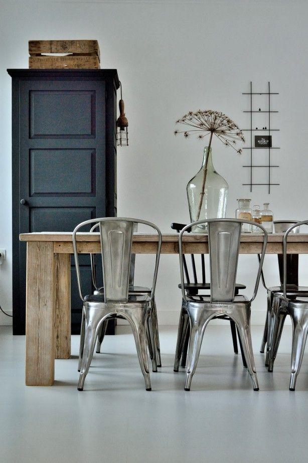 Combinatie tafel en stoelen interieur insider - Glazen tafel gesmeed ijzer en stoelen ...