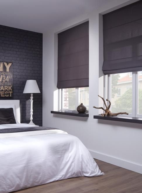 Donkere gordijnen in slaapkamer - Witte muur kamer ...