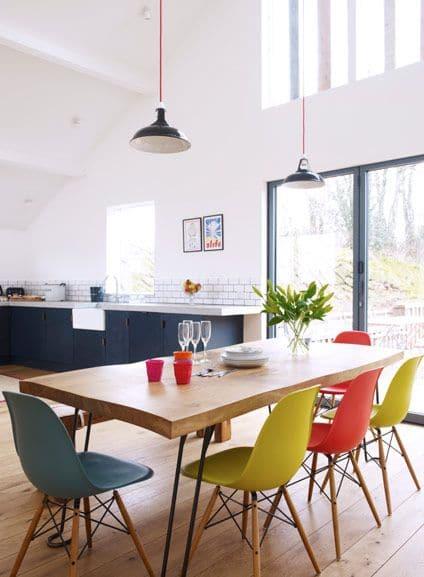 Gekleurde eetkamerstoelen interieur insider for Verschillende kleuren eetkamerstoelen