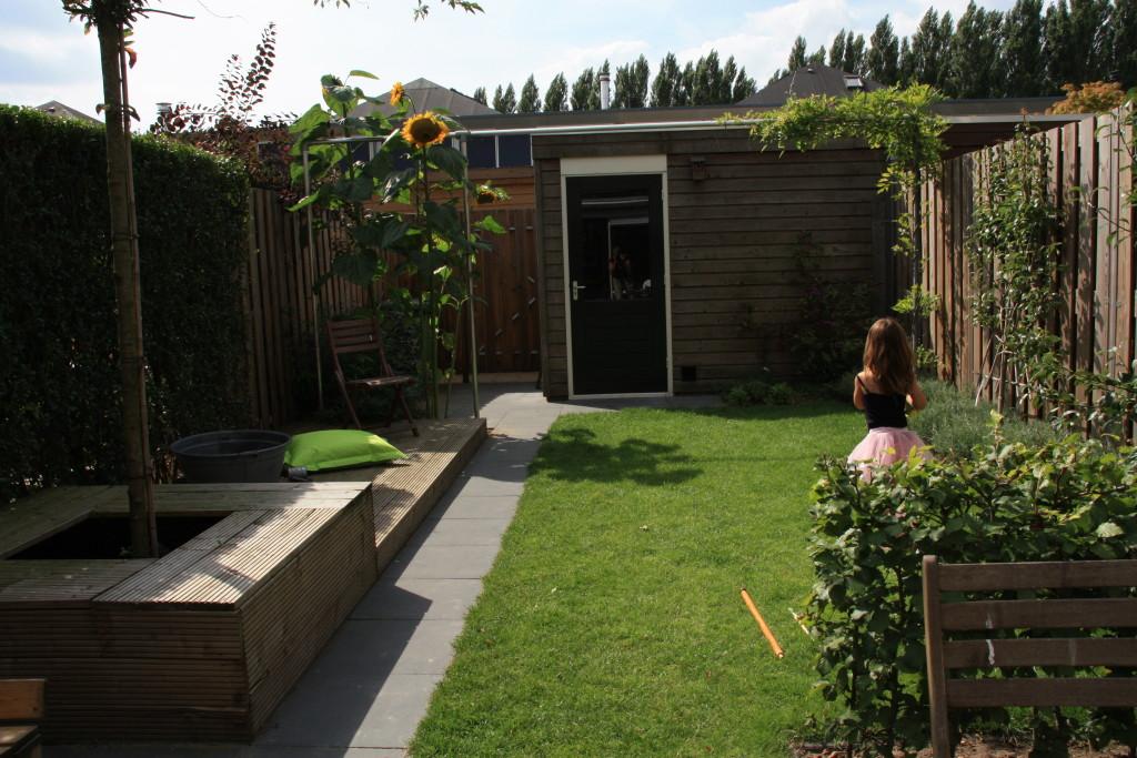 Kleine tuin inrichten idee n uitdagingen en onze tips - Bank voor pergola ...