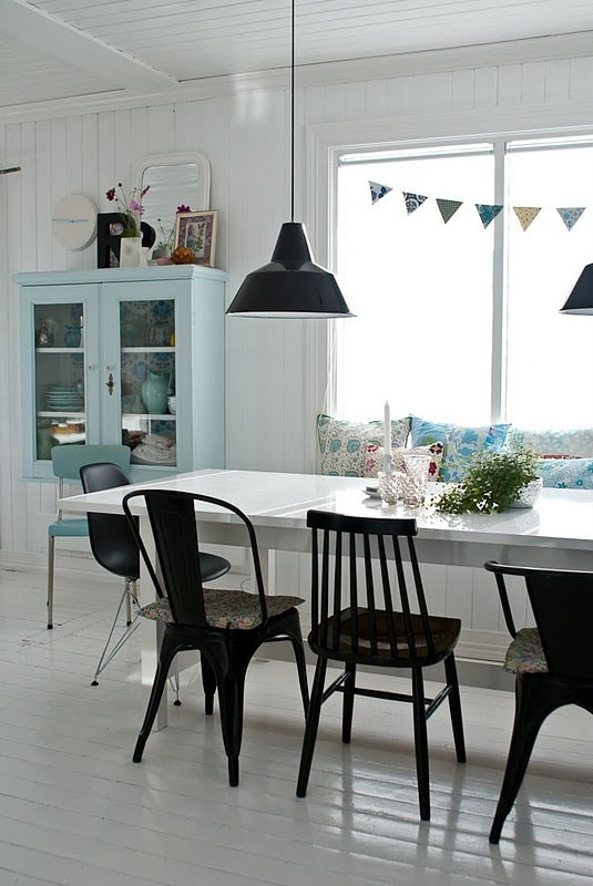 eettafel met verschillende stoelen interieur insider