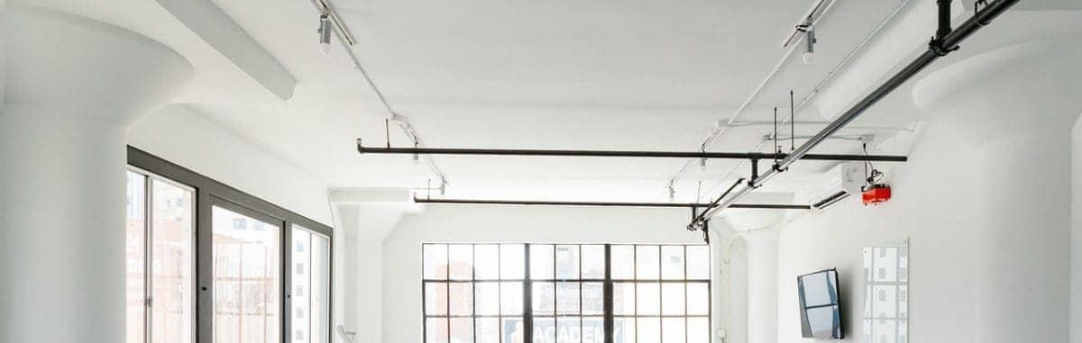 Plafond met leidingen