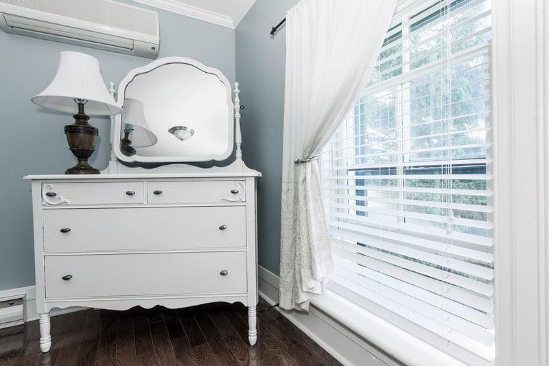 houten jaloezieen wit slaapkamer