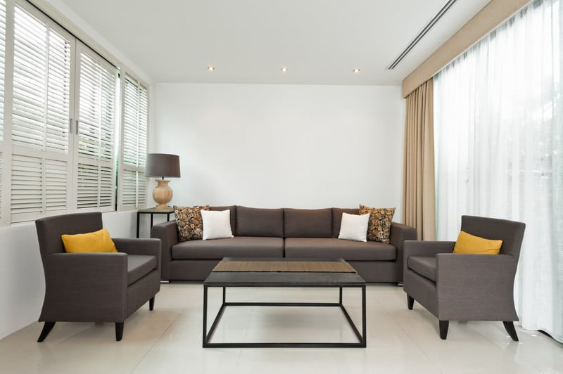 houten jaloezieen wit woonkamer