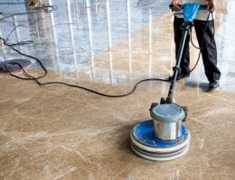 Een marmeren vloer polijsten
