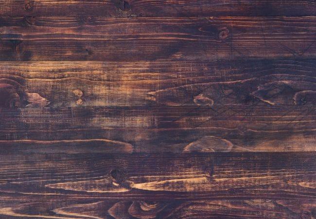 De notenhouten tafel