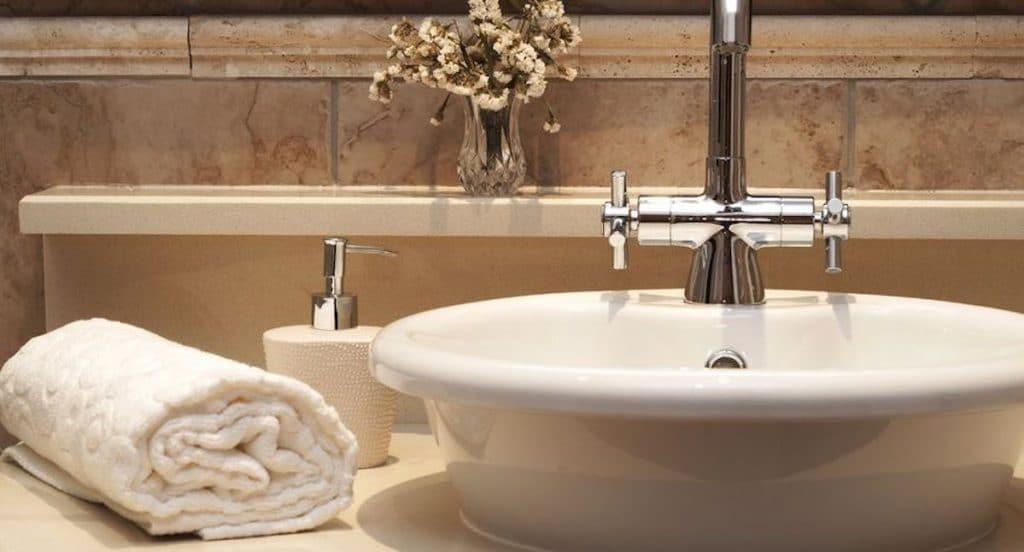 opgerolde handdoek badkamer voorbeelden