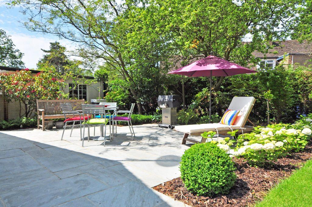 een sfeervolle tuin met zitjes